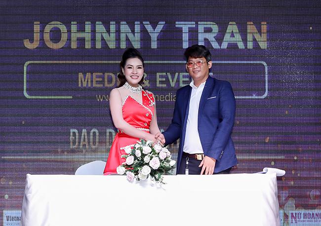 Trưởng BTC nhà báo Đặng Gia BenA ký kết cùng Đạo diễn Johnny Tran